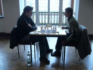 Runde 9: Turniersieger Alexander Graf (rechts) gegen den stark aufspielenden Kai-Uwe Steingräber